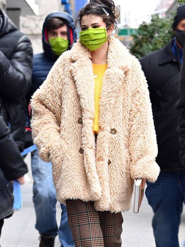 Mabel-Tv-Series-Only-Murders-In-The-Building-Selena-Gomez-Beige-Fur-Coat